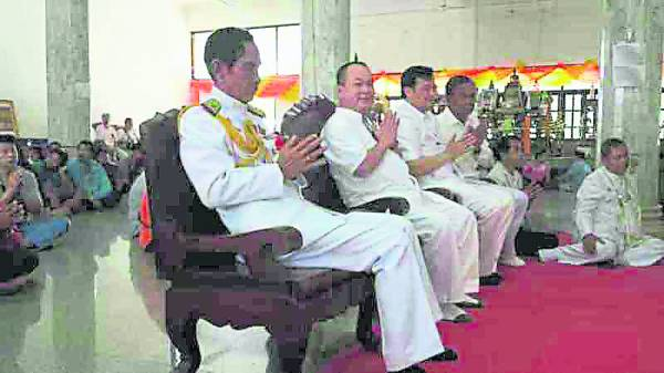 信徒们膜拜龙婆托时所捐献的善款皆捐作慈善用途。倪来宝每次踏入泰国都享有高级贵宾的待遇,甚至还有军官全程护送。