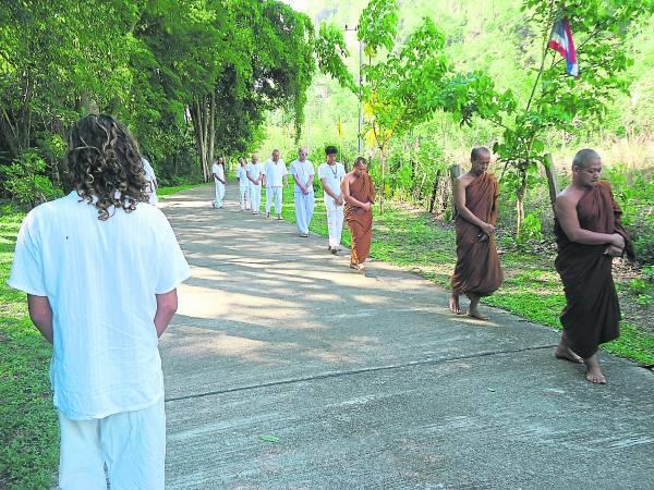 一些寺庙,定期为学习者安排行走冥想。