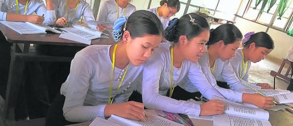 在寄宿式的补习中心里,男女是被分割的,只能和同性的同学上课与生活。