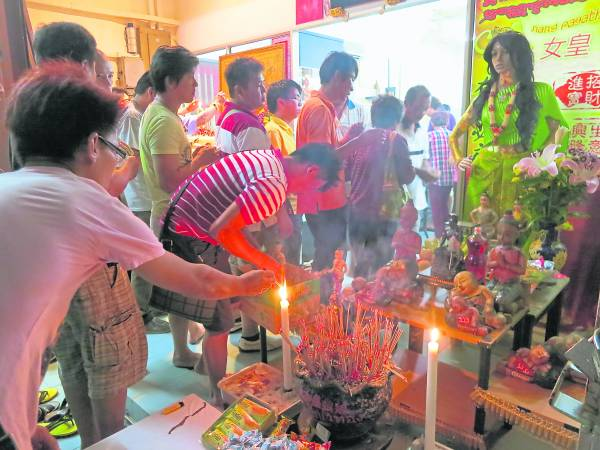 还有一个多月就是华人新年,许多朋友都会选择在新年和家人一起出门旅游,旅行之余,也会去一些佛寺许愿作福,祈求来年顺境。不妨到马六甲拜靓女神,让你许个至灵新年愿望。