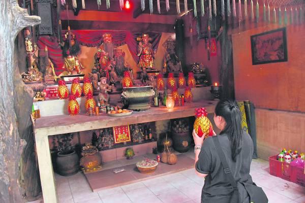 印度娘财神爷庙吸引了许多信徒前来抱黄梨回家。