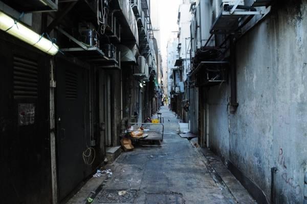 """住家后巷聚集许多晦气、病气,形成""""煞气"""",若家宅大门方向不幸对正的话 ,容易招来霉运横祸,甚至开刀等血光之灾。"""