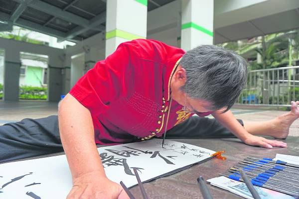 陈弘州师父从倒立写书法、单脚站立写书法、口书、颈项书法、样样精通。