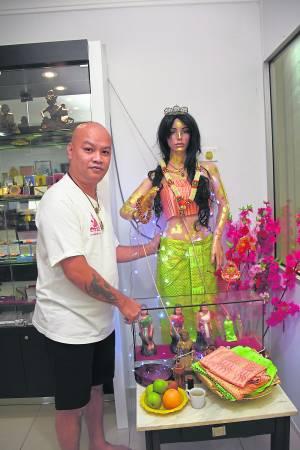 马六甲阿罗汉泰佛行老板Kevin供奉的金女皇,成为当地人的指明灯。