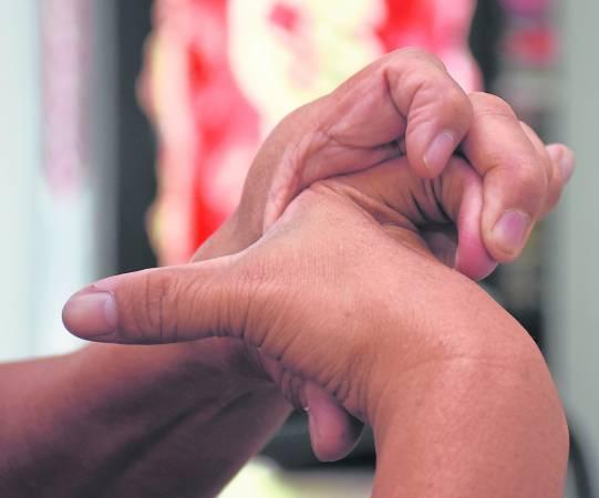 年届六旬的陈师父全身柔软度惊人,尤其其手指能够向后扳,就不是一般人能做到的。