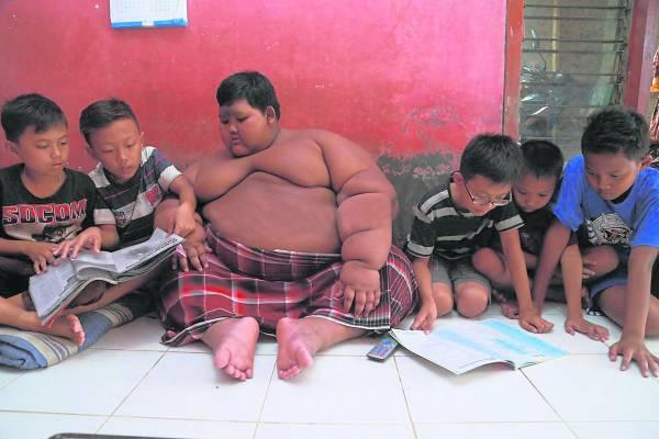 超级肥胖的身躯,使到这个只有10岁的孩子难以走动,玩伴也只好跑到他家里一起玩耍。