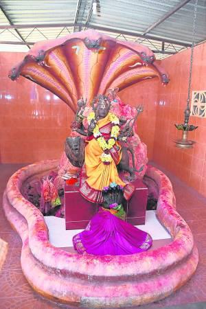 这尊Durga神像已有数百年历史,而祂身后的便是会吐宝石给有缘人的蛇神。