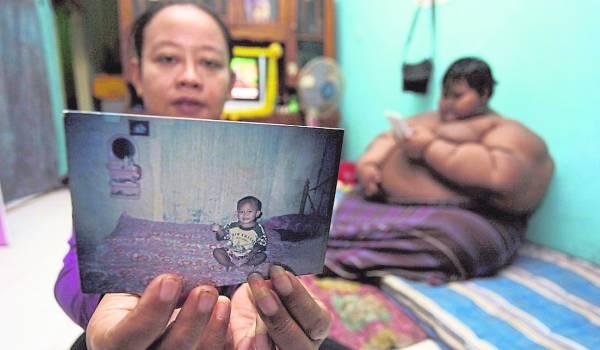 妈妈展示儿子小时候的照片,那时他还是个活泼的小孩。