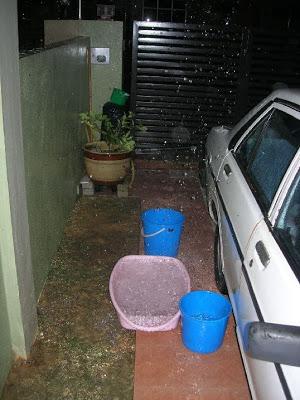 雨水具有时来运转之效,用来抹地,可抹走污秽。