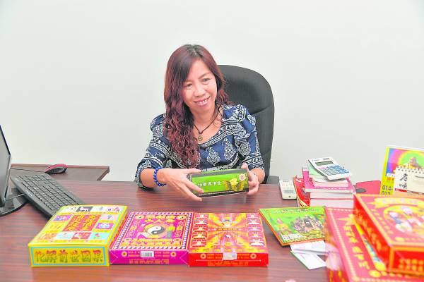 卉颖师父拥有多重身份,除了是一位风水命理师,亦是美容督导,更是神料店老板娘,最近还参加马来西亚国际华裔夫人选美赛。此外,她还筹备出一本激励书,并将赚取的部分盈利捐给慈善机构,因此,她每一天都忙得不可开交。