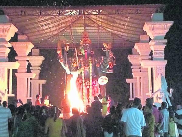每个月,印度娘财神爷庙都会举办烧辣椒干仪式,祈求把霉运烧掉,吸引无数信徒参与。