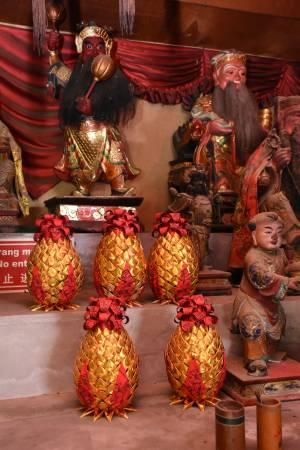 有不少信徒特地包巴士到峇都交湾的印度娘财神爷庙抱黄梨回家,希望财运旺旺来。