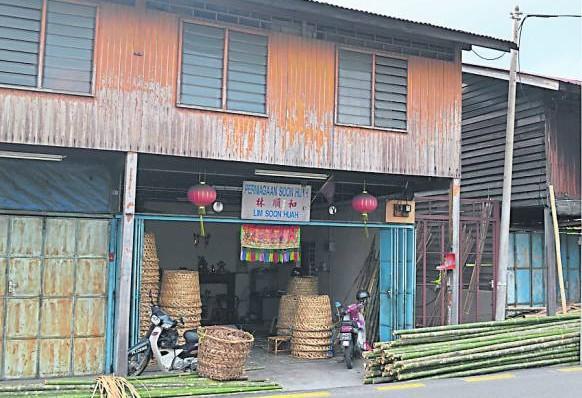 简陋的老店,却是孕育了两代人的避风港。