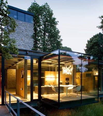 屋宅采用过多的玻璃装饰,会造成气场过阳,使到屋内的人精神过度紧张,不利健康。