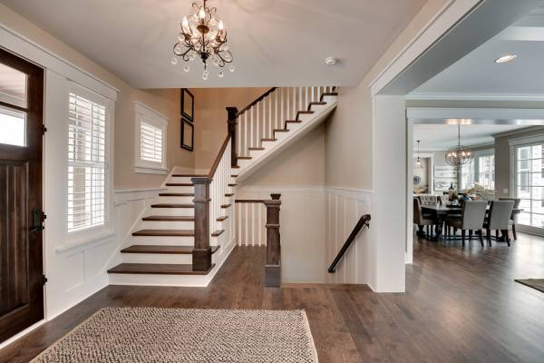 楼梯宜与大门相近,楼梯因要设在旺方,一般宜设在与大门相近之处。楼梯口如果对冲大门、房门、厨房门、卫生间门等,则会影响门气,从而影响家运,对人产生不利。