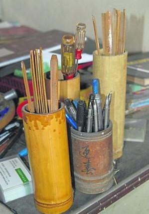 心灵手巧的林顺和所制作的笔筒和签筒。