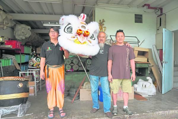 萧师父的徒孙(右一),特地远从夏威夷来到马来西亚向师父讨教舞狮的文化,左边则是意门生钟秋生。