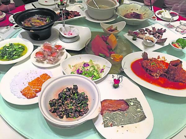 """虽说把饭菜吃干净是美德,但新年期间往往都会吃剩菜,意喻着年年""""生财""""。"""