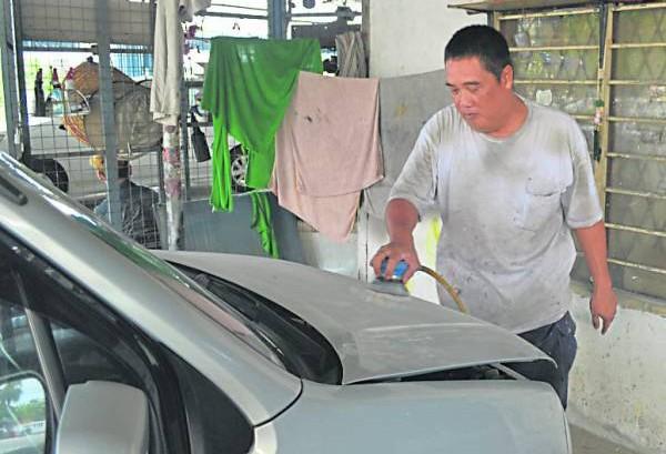 从为车身补泥、喷底漆、上光油、打蜡,每个细节陈雅泉都丝毫不敢马虎。