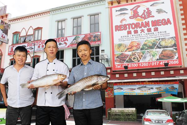 ◆刘育专(左)俊哥(中)让食客享受用餐的乐趣。