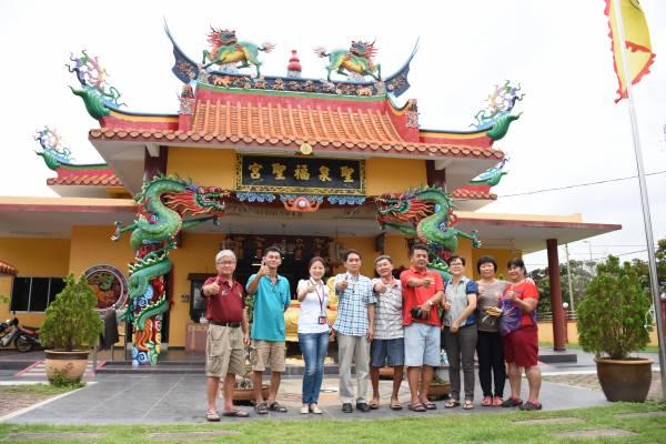 记者李安妮(左三)与林茂圣泉福圣宫主席萧日春(左四)、副主席罗少明(左二)、总务郑志雄(右四)、副总务陈仁辉(右五)、财政郑玉珍(右三)与理事们大合影。