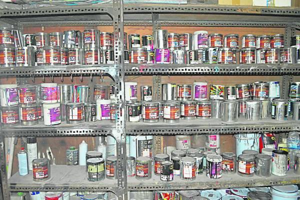 架上满满各色各样的车漆,都是不可或缺的材料。