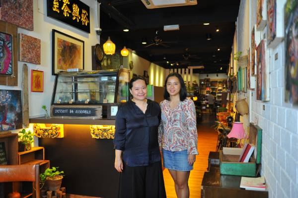 """◆ 林慧芳(左)与林慧玲早在10年前就与""""咖啡店""""结下不解之缘。"""