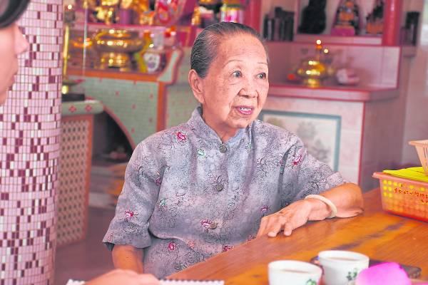 观音宫主持李桃珍姑太,多年来带领着徒弟们打醮办事,为民众服务。