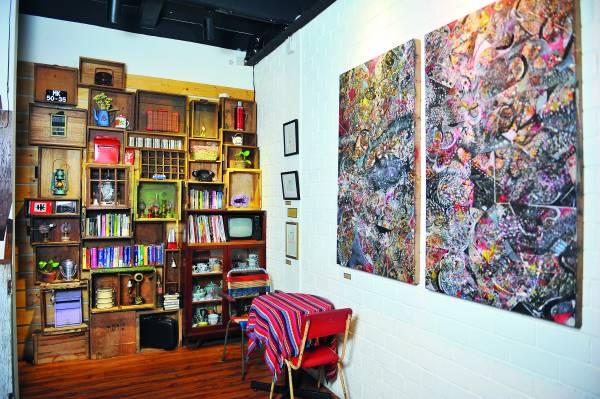 ◆墙上挂满了马六甲艺术家的画作,食客若喜欢,可以当场购买。