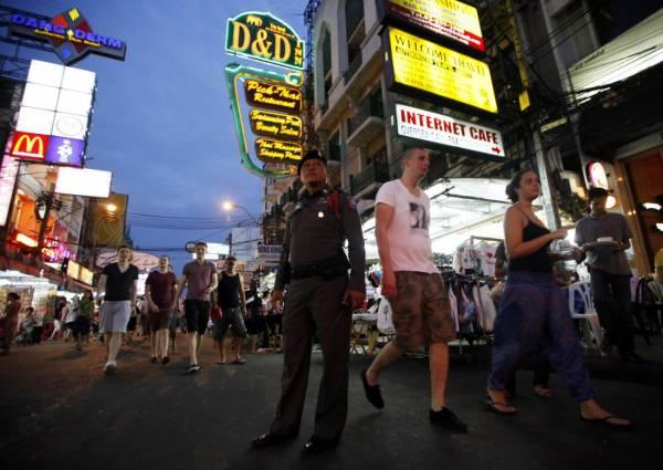 保护游客:在曼谷街头驻守的观光警察,为游客提供谘询服务。