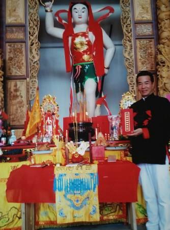 莲花宫主席吴瑞源拜访中国哪吒三太子庙,与神尊合照。