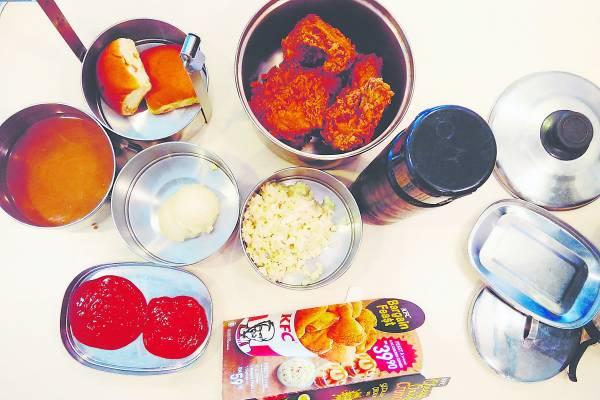 肯德基套餐来两份也没问题,员工还很细心帮我把薯泥和薯泥酱汁分开呢。