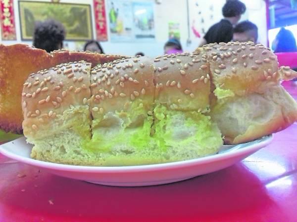 很多人早餐都有吃面包的习惯,现在茶餐室供应一种新款面包——芝麻蒜香面包,吃过的人都赞好。