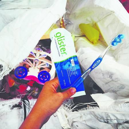 最后再多说一句:塑胶牙刷和牙膏管可以回收,用后请送到邻近慈济回收站,勿丢!