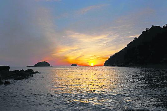这里天连着海,站在海岸便能欣赏夕阳的美。