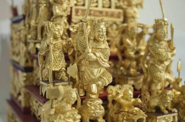 木雕神像任何的一个步骤都很重要,不管是雕工、上色都绝不马虎,而叶寿溪师傅的手艺细腻,连木雕神像的官服图案也精雕细琢。