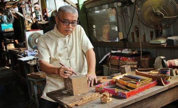 有好的手艺,也要有好的工具辅助,才能雕刻出好的作品,因此叶寿溪师傅会亲手打磨锋利无比的雕刻刀,雕刻起来自然顺畅无阻。