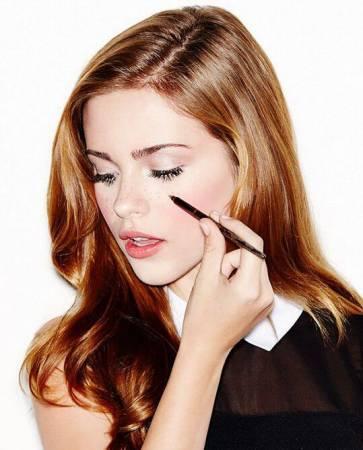 """""""雀斑妆""""需要一定时间和耐性慢慢化上雀斑,""""雀斑贴纸""""则因为撕下贴纸而拉扯皮肤,所以雀斑纹身才会应运而生。"""