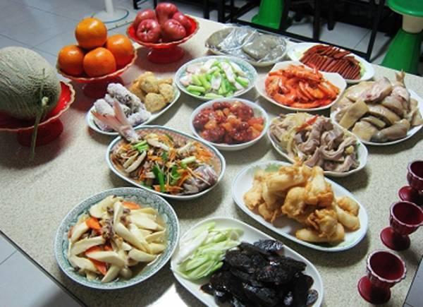 姜太公指示洪姐在大节日里弄一顿丰盛的菜肴或先人爱吃的菜肴孝敬祖先,以获取祖先宽恕。