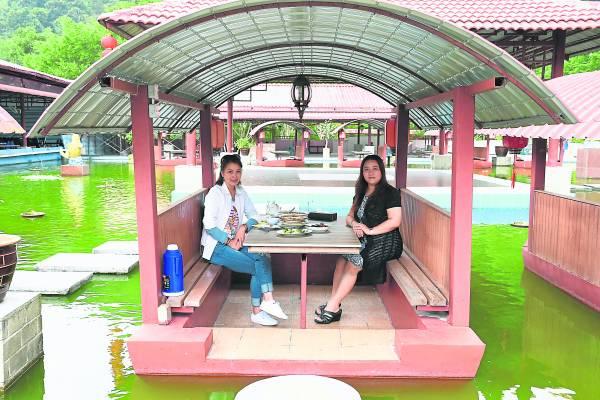 在风景怡人水上的餐厅用餐,心情自然更放松,非常符合养生悠闲的理念。