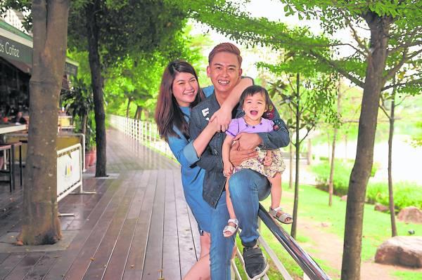 赶在31岁生日前结婚同时当上爸爸的温胜太太再加上女儿的家庭生活,让温胜光感觉洋溢满满的幸福与期待。