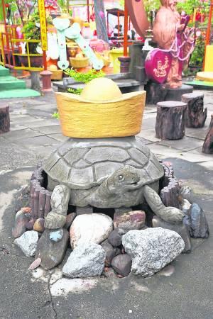 """入庙拜神自获神庇佑,但位于亚罗士打的""""三圣宫""""却是一间财气冲天的庙宇,里面不但有财神""""椰"""",还有一只运财神龟在旁辅助。"""
