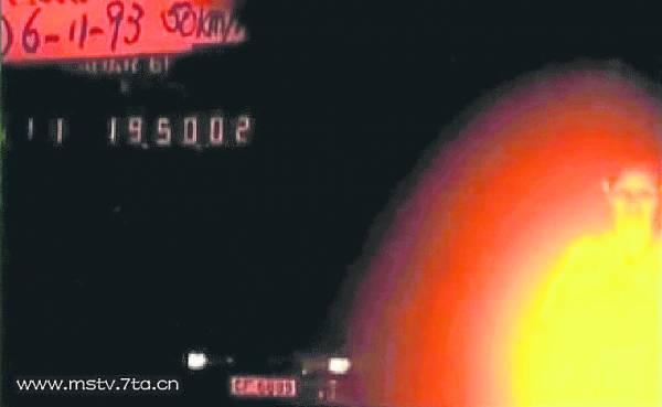 1993年,交警在屯门快速公路上拍到一张灵异照片,照片右方有一团不寻常的光影,隐约中可见一人影,此照引起全港轰动。