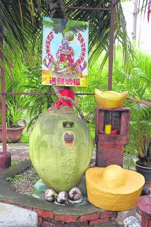 尽管椰壳已枯萎成核,但派财灵力仍在,如今安奉在凹槽处,受信徒朝夕供拜。