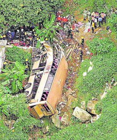 """2003年,屯门巴士坠坡事件,被香港列为""""世纪车祸"""",导致21死20伤。"""