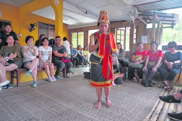 现代的年轻比达友族大多数往外发展,长屋里仅留下老弱妇孺,但他们依然努力维持着属于自己的传统文化舞蹈、音乐和艺术。