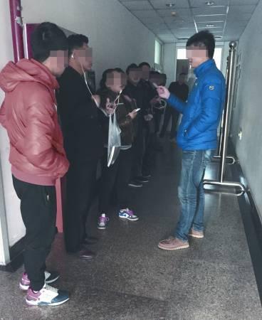 北京某医院内,招募中介查看受试者身份证,但有的人却持假身份证参与试药。