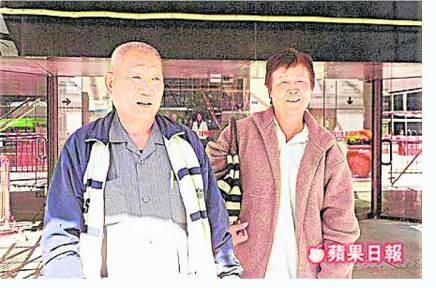 屯门巴士坠坡事件后,附近居民许伯(左)表示怀疑见鬼,导致无法入睡,需要看精神科医生。而其妻(右)则指独自行径小路也感害怕。