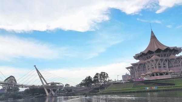 """耗资了3,500万令吉打造的S型""""黄金桥""""富有时代感,是目前砂拉越的新地标。"""