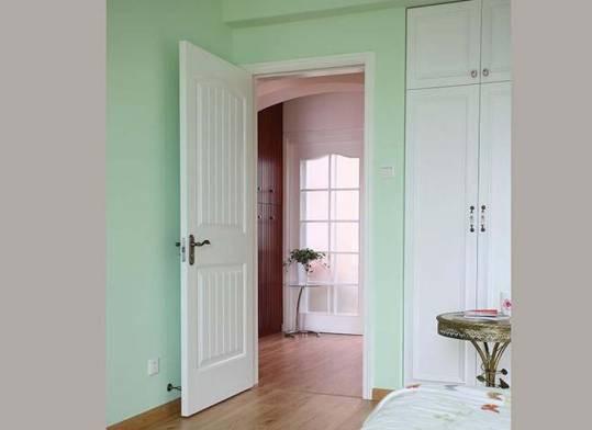 大门对着房门,不仅毫无私隐,还会影响儿女的感情运,汤老师建议最好挂上门帘或屏风遮挡。